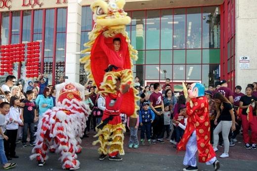 Những hoạt động truyền thống ngày tết của cộng đồng người Việt xa quê từ lâu đã được người dân bản địa biết tới và quen thuộc. Các hoạt động chính trong dịp tết kéo dài trong 3 ngày gồm màn trình diễn pháo hoa mừng năm mới, diễu hành cùng các cuộc thi, trình diễn âm nhạc, ẩm thực và trò chơi truyền thống của Việt Nam.(Nguồn: Internet)