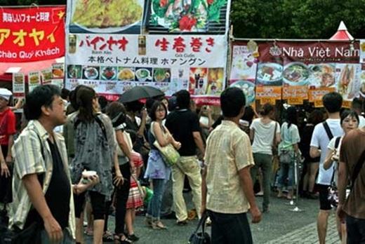 Với nhiều gian hàng gồm các quầy ẩm thực và gian trưng bày hàng hóa, đồ thủ công mĩnghệ, khách tham quan thưởng thức các hương vị ẩm thực của Việt Nam, các chương trình văn hóa, âm nhạc, biểu diễn nghệ thuật đậm đà bản sắc dân tộc.(Nguồn: Internet)