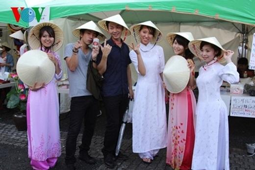 Áo dài Việt khoe vẻ duyên dáng giữa xứ sở anh đào.(Nguồn: Internet)