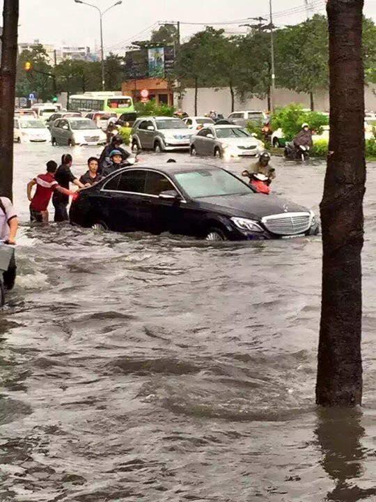 Xe ô tô cũng chịu chung cảnh khổ do nước ngập. Ảnh: FB