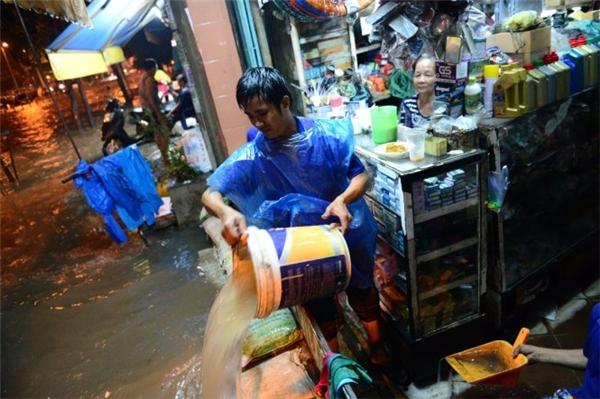 Về đến nhà phải thức trắng đêm để thoát nước, di chuyển đồ đạc lên chỗ cao tránh hư hỏng. Ảnh: TTO