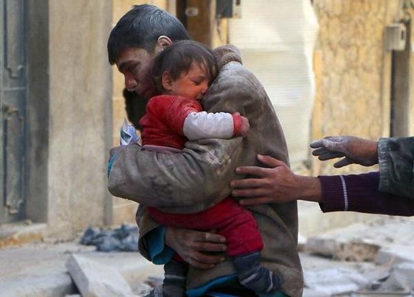 Cái ôm hạnh phúc của anh trai khi cứu em gái khỏi đống đổ nát sau một cuộc bạo động ở Syria