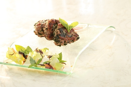 Món ăn bò nướng rong biển được trang trí bắt mắt và trông rất ngon.