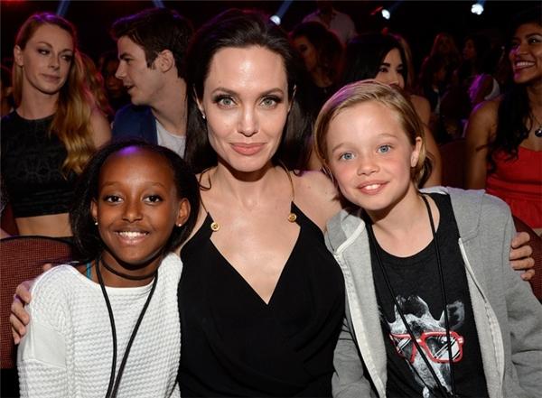 Angelina Jolie và Brad Pitt hoang mang về giới tính con gái Shiloh