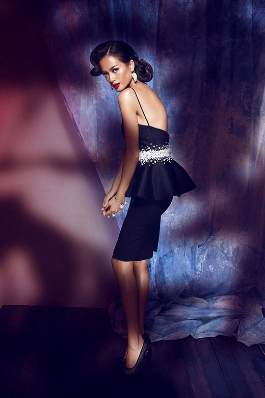 Bộ váy với dáng peplum cổ điển được tạo điểm nhấn bởi những chi tiết đính kết công phu ở thắt eo.