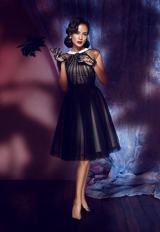 Chiếc váy xòe kín cổng cao tường trên nền chất liệu voan lụa mềm mại sẽ là một gợi ý tuyệt vời cho những cô nàng yêu thích vẻ điệu đà, kín đáo.