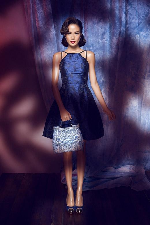 Sắc xanh đen cùng dáng váy xòe cổ yếm vừa mang đến nét trẻ trung, hiện đại nhưng không kém phần thanh lịch.