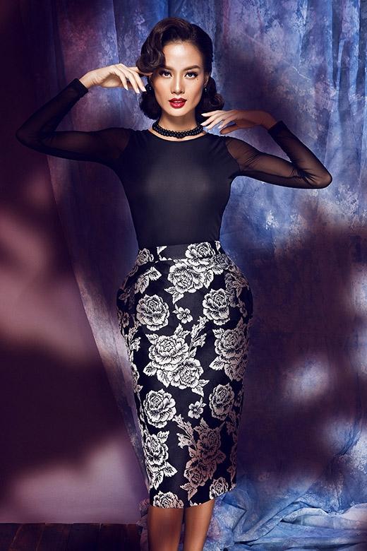 Sự kết hợp kinh điển giữa áo phông cùng chân váy bút chì luôn là những khắc họa hoàn hảo cho sự thanh lịch, trong phong cách của người phụ nữ hiện đại. Họa tiết hoa hồng tông trắng nổi bật trên nền đen góp phần tăng thêm sự thu hút cho tổng thể khá đơn giản.