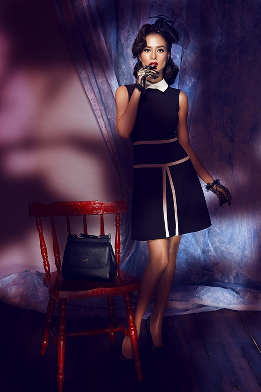 Vẫn là sự kết hợp giữa hai tông màu trắng đen nhưng với vẻ ngoài trẻ trung, năng động hơn qua phom váy suông đơn giản.