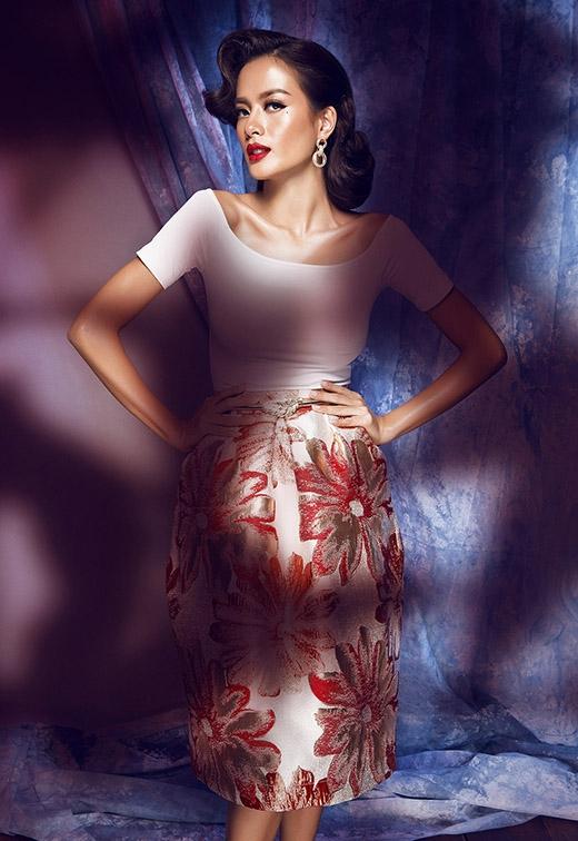 Chiếc áo cổ thuyền gợi cảm đã trở nên thanh lịch, chừng mực hơn khi chọn phối cùng chân váy hoa có tông màu nổi bật.