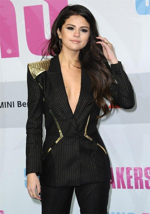 Selena Gomez trở thành tâm điểm của sự chú ý khikhéo léo khoe vòng một gợi cảm qua bộ vest tinh tế này.