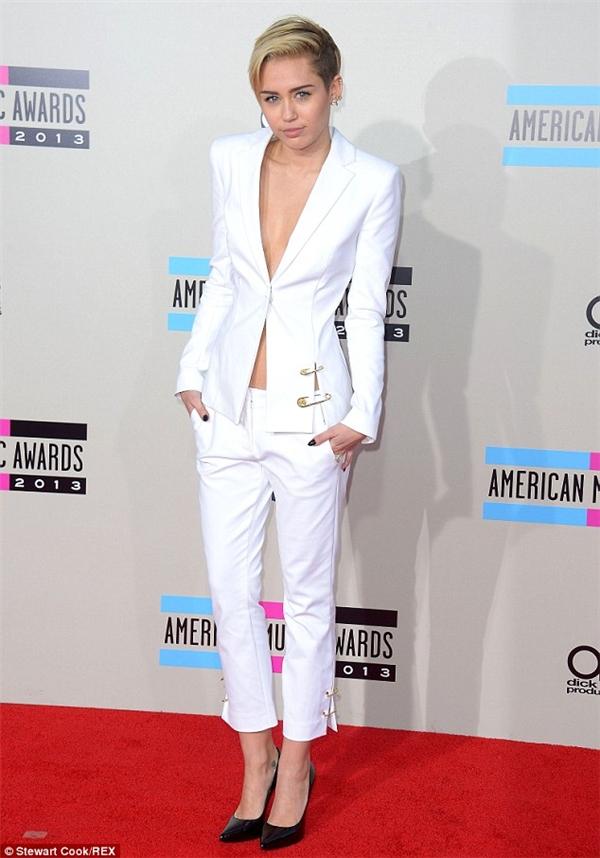 """Miley Cyrus chứng minh được cô không cần phải """"hở hang"""" mới có thể """"nổi bần bật""""."""