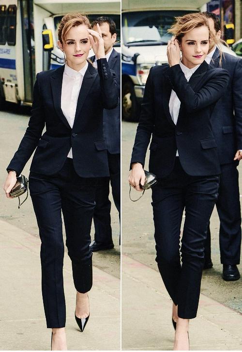 """Emma Watson chắc hẳn đã """"hớp hồn"""" tất cả các cô gái trông thấy cô trong bộ vest này."""