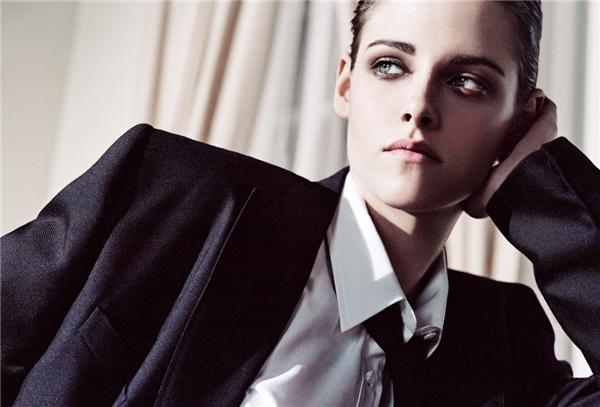 Kristen Stewart quyến rũ không khác gì một chàng trai thực thụ trong bộ vest truyền thống cùng cà vạt.