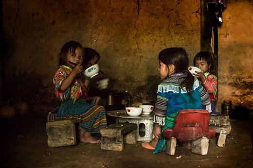 4 bé gái H'mongdùng bữacơm đạm bạc một cách ngon lành.(Ảnh:Rehahn)