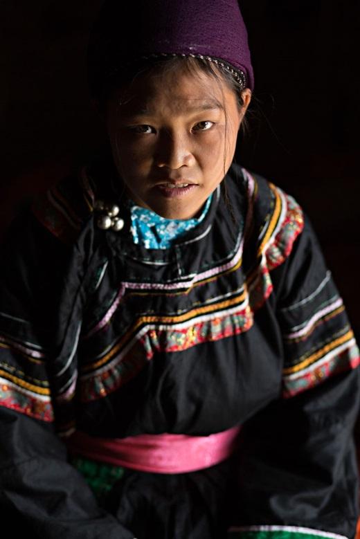 Thịnh Thi Giáo - cô gái 22 tuổi người dân tộc Cờ Lao Xanh. Cô và cả gia đình đều vô cùng tự hào được mặc trang phục truyền thống của dân tộc mình.(Ảnh:Rehahn)