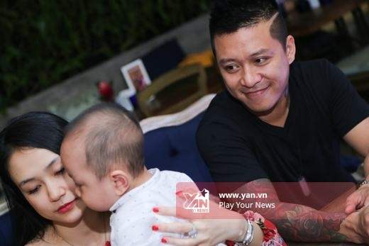 Ánh mắt hạnh phúc và tràn ngập yêu thương của Tuấn Hưng khi nhìn hai thành viên trong gia đình nhỏ. - Tin sao Viet - Tin tuc sao Viet - Scandal sao Viet - Tin tuc cua Sao - Tin cua Sao