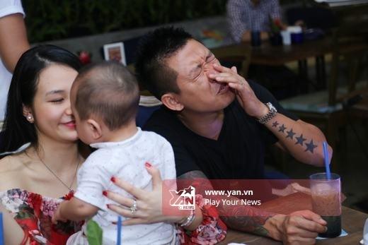 Biểu cảm đáng yêu của nam ca sĩ sinh năm 1978 khi con trai dùng tay nghịch mặt mình. - Tin sao Viet - Tin tuc sao Viet - Scandal sao Viet - Tin tuc cua Sao - Tin cua Sao
