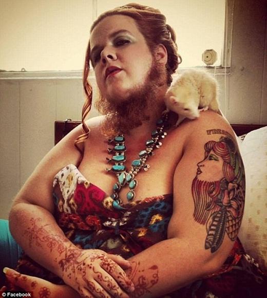 CôJessa,29 tuổi, sống ở Las Vegas, Mỹ có bộ râu dài tới 29,2cm. Côcho biết, một trong những sở thích của cô là chải chuốt bộ râu những lúc cô không ôm rắn cưng hoặc làm trò dọa mọi người.
