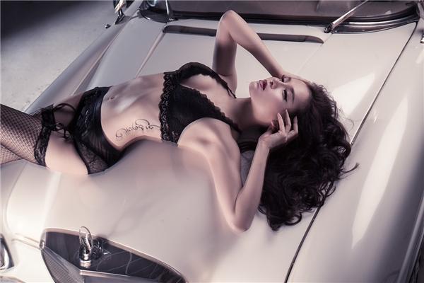 Nữ diễn viên, ca sĩ đang định hướng theo phong cách quyến rũ, gợi cảm.