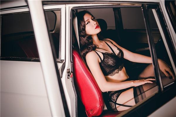 """Phương Trinh Jolie muốn thể hiện vẻ gợi cảm, quyến rũ của người phụ nữ không chỉ được thể hiện qua việc """"chăm cởi"""", khoe thân mà đôi khi còn được bộc lộqua ánh mắt và bờ môi."""