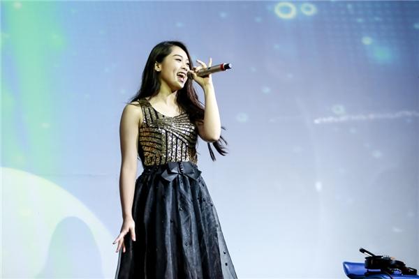 Cô em út của Vietnam Idol 2015 Khánh Tiên khoe giọng hát trong trẻo, hồn nhiên. - Tin sao Viet - Tin tuc sao Viet - Scandal sao Viet - Tin tuc cua Sao - Tin cua Sao