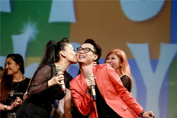 Trúc Nhân cười tít mắt khi nhận nụ hôn nồng cháy từ Thu Minh. - Tin sao Viet - Tin tuc sao Viet - Scandal sao Viet - Tin tuc cua Sao - Tin cua Sao