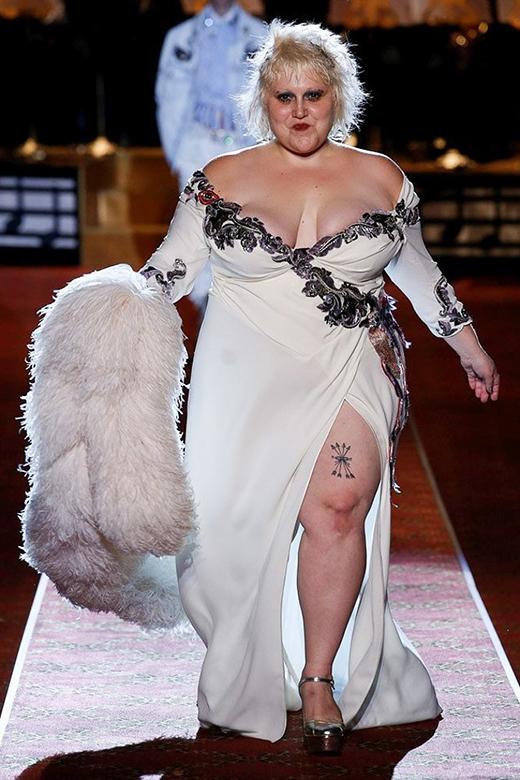 Sự xuất hiện của Beth Ditto trong bộ váy trắng ôm sát xẻ tà gợi cảm khiến khán giả vô cùng thích thú.