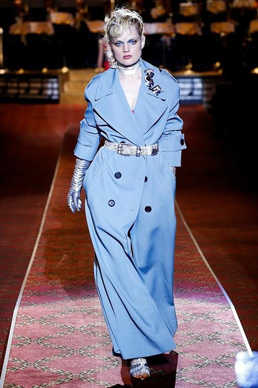Một người mẫu khác có thân hình khá tròn trịa trình diễn chiếc áo măng tô phối cùng những phụ kiện mang tinh thần của thời trang cổ điển.