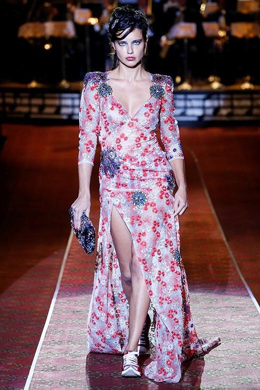 Chân dài đình đám Adriana Lima ấn tượng trong chiếc váy hoa xẻ tà gợi cảm, táo bạo.