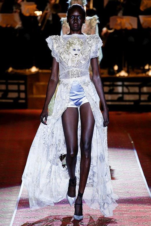 Người mẫu da đen nổi tiếng thế giới Alek Wek.