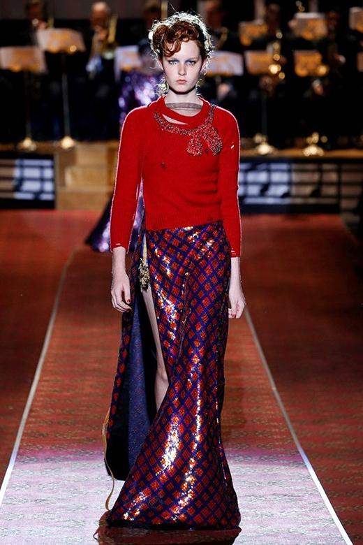 Ngoài ra, sự kết hợp giữa những kiểu váy, áo được phá cách cũng là một nét chấm phá độc đáo trong bộ sưu tập này của Marc Jacobs.