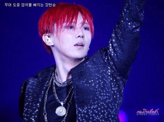 Mồ hôi nhễ nhại khiến cho màu tóc mới nhuộm của Hyunseung (Beast) cũng mau chóng bị trôi khiến gương mặt anh như dính máu.