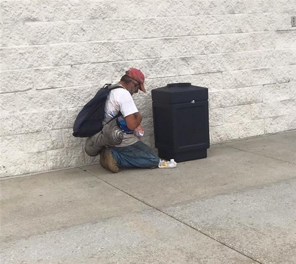 Người đàn ông vô gia cư trong câu chuyện đáng suy ngẫm. (Nguồn: FB John Brently)