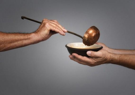 """""""Hôm nay tôi đã cầu xin Chúa gửi ai đó đến để mua cho tôi một bữa ăn và Chúa đã gửi ngài đến!"""". (Nguồn: Internet)"""