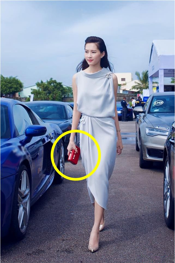 Món phụ kiện thân thiết này cũng được Đặng Thu Thảo chọn kết hợp cùng bộ váy xám có cấu trúc bất đối xứng lạ mắt cùng những đường gấp nếp tinh tế, hiện đại