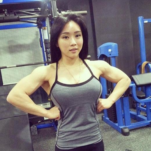Song Naeun tập tạ để có cơ bắp tay rắn chắc