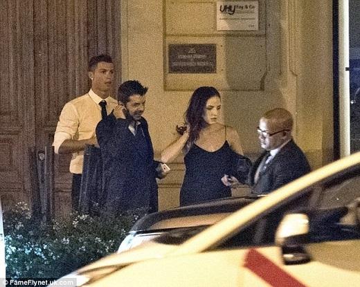 Cánh paparazzi tại Tây Ban Nha bắt gặp Cristiano Ronaldo đi ăn tối cùng người đẹp bí ẩn tại một nhà hàng ở Madrid hôm 17/9 vừa qua. Đi cùng CR7 và cô gái là trợ lícủa cựu ngôi sao Manchester United.