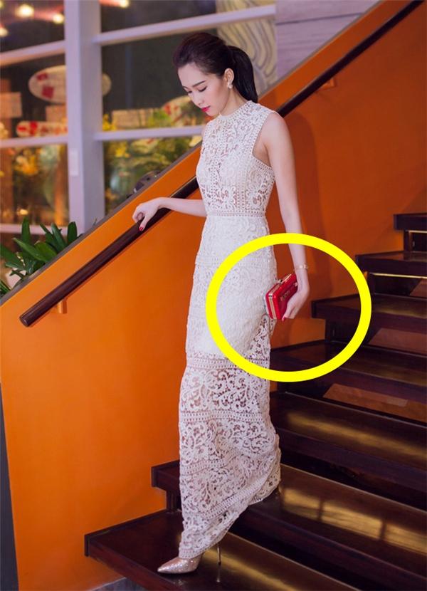 Cô diện chiếc váy dài tông trắng chất liệu ren xuyên thấu. Đây cũng là lần đầu tiên Hoa hậu Việt Nam 2012 chịu hở bạo đến như vậy. Tuy nhiên, hình ảnh này vẫn giúp cô tỏa sáng và ghi điểm tuyệt đối.