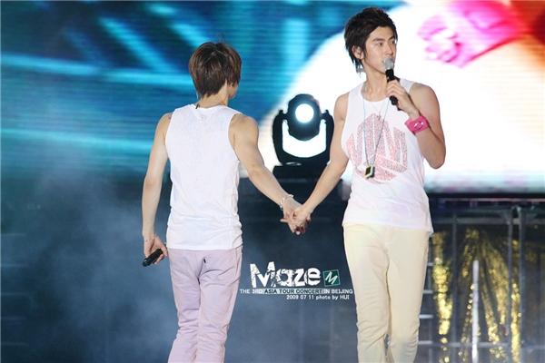 """""""Phát cuồng"""" trước cử chỉ thân mật của các cặp đôi mĩ nam Kpop"""