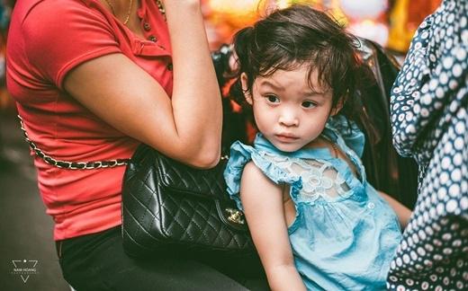Đôi mắt em bé ngây thơ, trong trẻo như thiên thần mùa thu.(Ảnh FB)