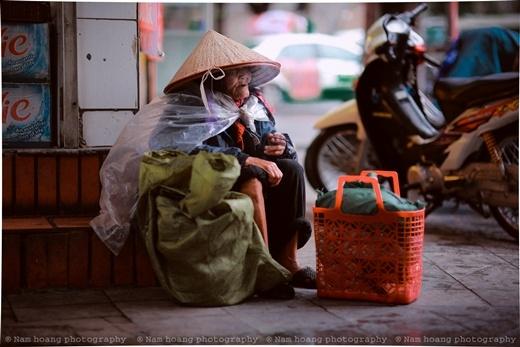 Cuộc đời mưu sinh của cụ bà trên đườngBảo Khánh.(Ảnh FB)