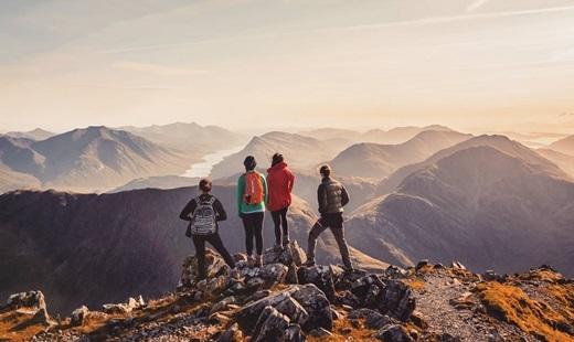 Hãy đứng trên đỉnh núi caovà thâu tóm hết thế giới này vào tay bạn. (Nguồn IG @kieranjduncan)