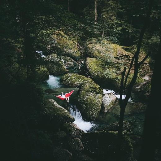 Bạn có thích mắc võng và ngắm thác nước chảy róc rách ngay dưới chân mình? (Nguồn IG @pangeaproductions)