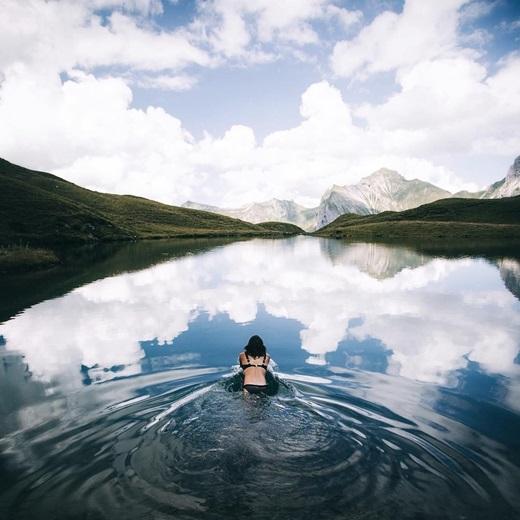 Nào mình cùng tắm trong những làn mây ở hồ núi Bavaria. (Nguồn IG @pangeaproductions)