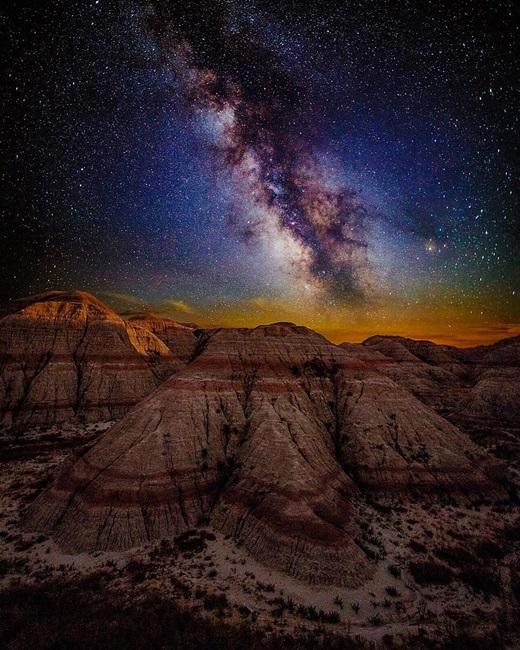 Khung cảnh ngoạn mục này không phải ở ngoài vũ trụ đâu mà chỉ là một góc của vườn quốc gia Badlands, Nam Dakotathôi.