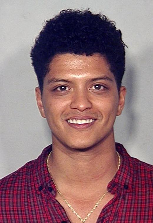 Bruno Mars bị đưa về đồn hồi tháng 9/2010 tại Las Vegas bởi tội tàng trữ ma túy.