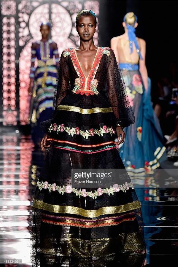 Mặc dù thể hiện tinh thần thời trang hiện đại nhưng qua những thiết kế của Reem Acra, người ta vẫn cảm nhận rõ nét chút hoài niệm về nét văn hóa truyền thống qua những dáng váy xòe chừng mực hay họa tiết với tông màu nổi.