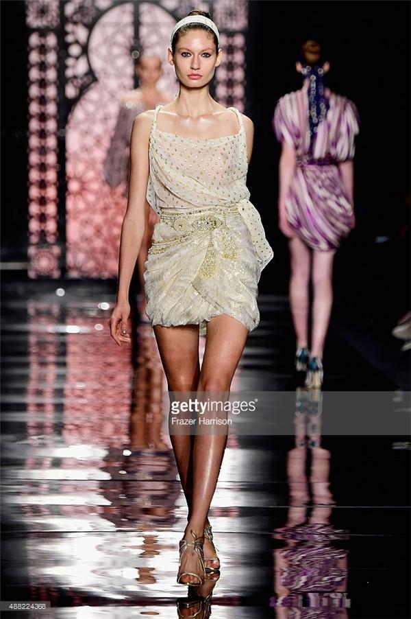 Bên cạnh những mẫu váy dạ hội lộng lẫy, nhà thiết kế tài năng này còn mang đến một số trang phục ứng dụng nhưng được phá cách táo bạo.