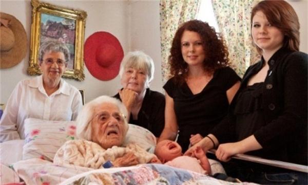 6 thế hệ trong cùng 1 bức ảnh: từ cụ già 111 tuổi đến đứa bé 7 tháng tuổi.